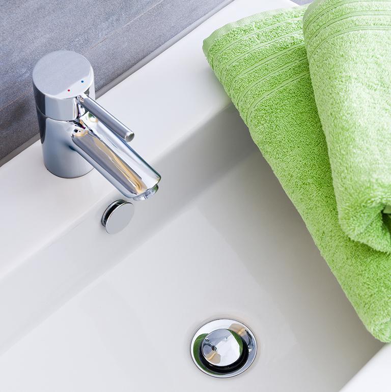 zielone ręczniki na zlewie